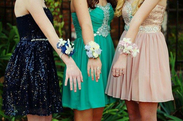 plesové šaty a květiny