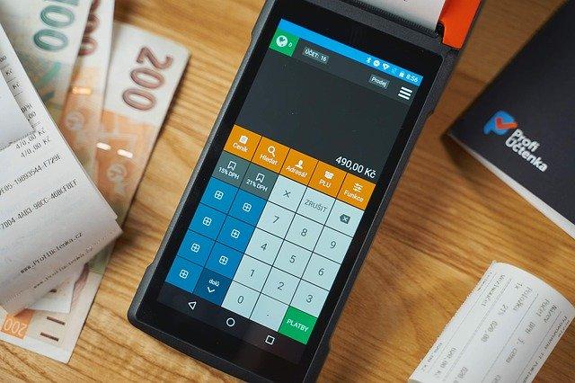 bankovky a kalkulačka