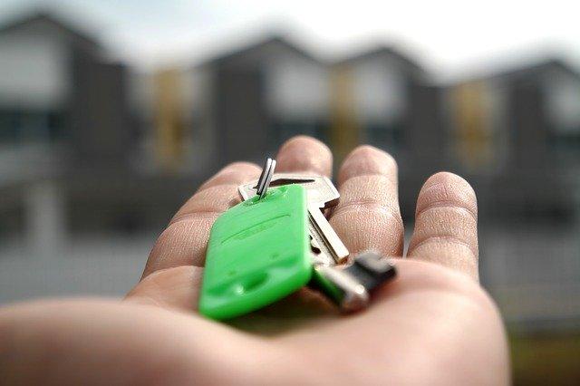 klíče od domu na dlani
